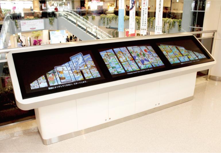 神話のステンドグラス見学タッチパネル写真